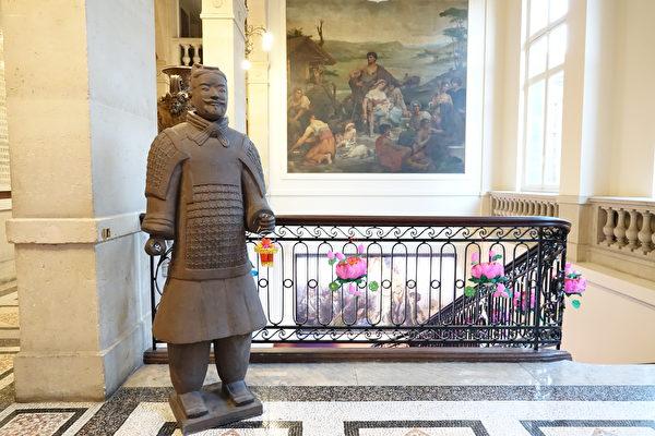 巴黎13區區政府內的中國新年裝飾。(關宇寧/大紀元)
