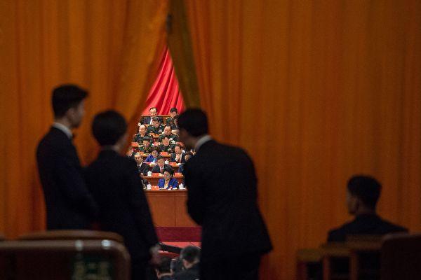 """""""十九大""""习近平提出成立""""全面依法治国领导小组""""。 专家指,依法治国最大阻力来自政法委。(FRED DUFOUR/AFP/Getty Images)"""