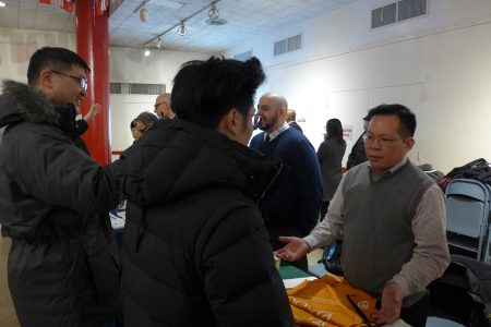 市清潔局社區項目聯絡官陳景儒14日在中華公所禮堂,解答民眾問題。