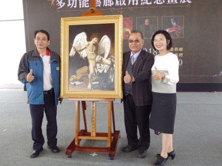 蔦松國中家長會長童郁茹(右)與高雄港都藝術交流協會創會長陳皆宏(左)及理事長陳伯宇。