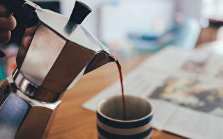 咖啡师正在倾倒一杯拿铁 难以置信的一幕出现了