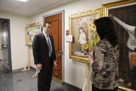 3月23日,新澤西法輪大法協會在州府春頓議會大廈舉辦「真善忍國際美展」。圖為主辦方為議員介紹作品。