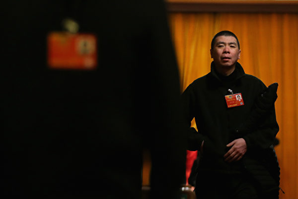 今年中共两会,备受争议的房产税再成外界关注焦点。期间,中共政协委员、导演冯小刚质疑房产税:都交过税了为啥又要交?(Feng Li/Getty Images)