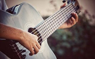 小男孩拨起吉他开唱 爸爸辈网友都沉浸在了青春记忆中