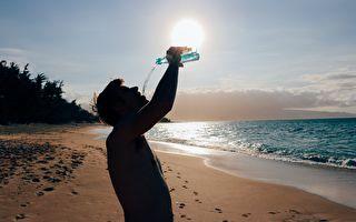 大男孩夏威夷海灘表演絕技 遊客驚異反應超有趣