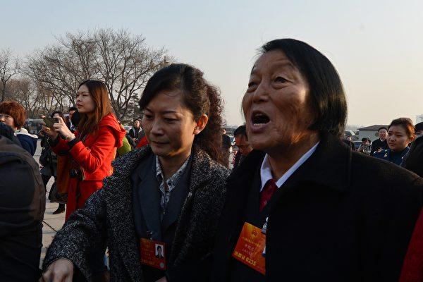"""被称为""""举手器""""的申纪兰已连续57年参加中共两会,不过这一次她在媒体面前显的很低调。(MARK RALSTON/AFP/Getty Images)"""