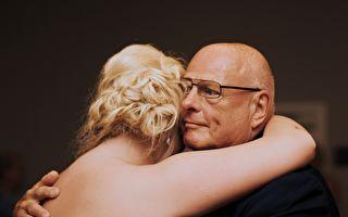 女兒終於出嫁了!老爸現場和女兒飆舞 笑翻全場來賓