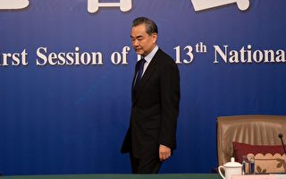 """中共外长斥精日者为""""中国人的败类""""。有网民表示,毛泽东曾感谢日本侵略中国,""""此真精日之滥觞""""。也有学者认为中共信仰马列,破坏中华文化,才是真正的民族败类。(FRED DUFOUR/AFP/Getty Images)"""