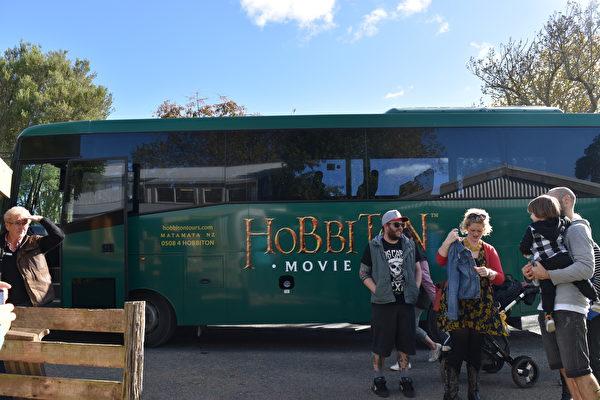 游客到霍比屯来旅游。(李心然/大纪元)