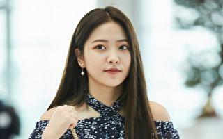 """""""Red Velvet""""Yeri 秀机场穿搭 蓝白色调清爽"""
