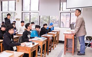 107学年度大学入学考试学科能力测验1月26日登场。图为考生在试场内准备进行测验。(陈柏州/大纪元)