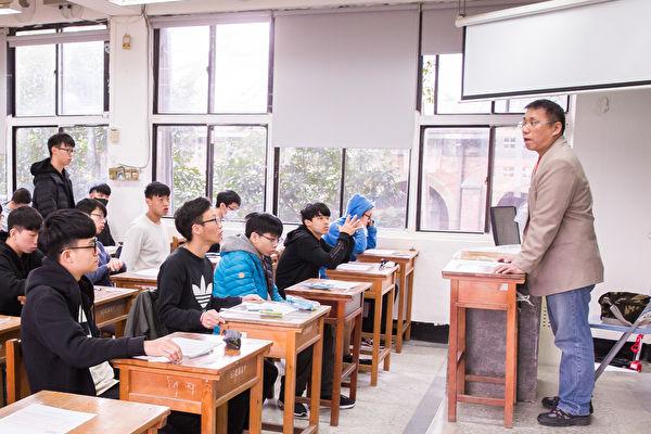 107學年度大學入學考試學科能力測驗1月26日登場。圖為考生在試場內準備進行測驗。(陳柏州/大紀元)