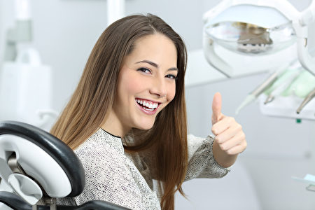 一顆病牙在嘴巴裡晃來晃去,你要決定:拔掉,或者治好。有什麼充分的理由讓你不會後悔其中的任意一個選擇?(圖/shutterstock)