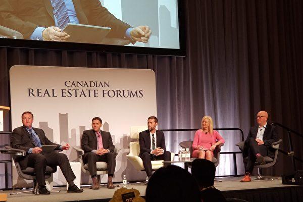 2018年4月25日,加拿大溫哥華房地產論壇在溫哥華會議中心舉行。(從左右到)圖為論壇主持人Brian McCauley(Concert Properties CEO)、Mark Achtemichuk(CMLS金融高級副總裁)、Luke Harrison(溫哥華經濟適用房CEO)、Anne McMullin(城市發展研究所CEO),以及Greg Moore(高貴林市長兼大溫哥華董事會主席)。(陳新宇/大紀元)