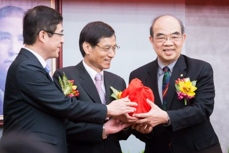 教育部19日舉辦代理、新任部長交接典禮。新任教長吳茂昆(右)表示,他僅提出專業意見供對方參考,沒有在中國任職,也沒有違背規範。