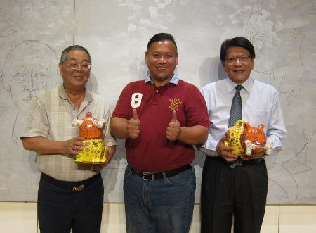 艺术家洪易(中)赠送屏东县长潘孟安(右)及屏东市代理市长程清水(左)作品。