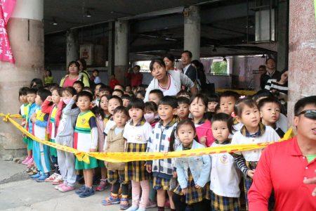 幼兒園小朋友也來看災害搶救。