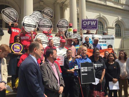 近三十位來自餐飲業、美甲沙龍、洗車業、護理等行業工人13日中午在市議會臺階前提出訴求。