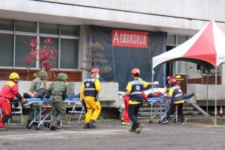 國軍也來支援社區搶救工作。