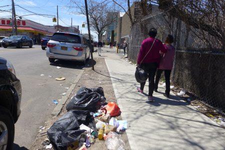 八大道50街至60街路段,一些生活或商業垃圾隨意扔在馬路邊,有飲料杯、飯盒、沒吃完的剩飯、看完丟棄的報紙等。過往行人目不斜視,對此習以為常。