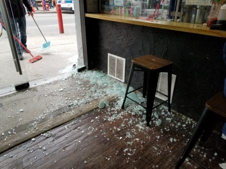 15日下午法拉盛罗斯福大道136-21号的商场大门一侧玻璃门突然应声爆裂,一名女孩恰巧出门三步远,险被砸中,门外门内玻璃碎了一地。