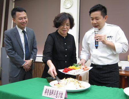 為協助在地蔥農,屏東縣政府請來型男主廚吳秉承端教民眾健康吃洋蔥,並結合企業認購。