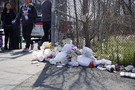 布碌崙八大道滿地垃圾,絕大部份是煙頭、飲料杯、飯盒、沒吃完的剩飯、易拉罐、紙巾、彩色傳單和塑料袋等。