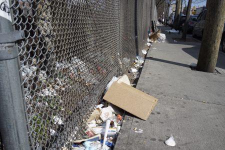 八大道街邊絕大部份垃圾都是煙頭、飲料杯、飯盒、沒吃完的剩飯、易拉罐、紙巾、彩色傳單和塑料袋等。