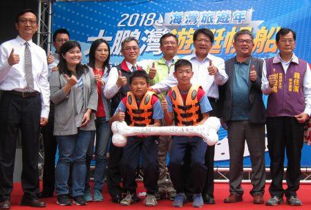 出席贵宾在狗骨头设计的船桨上签名,共同宣布大鹏湾游艇帆船系列活动正式起跑。