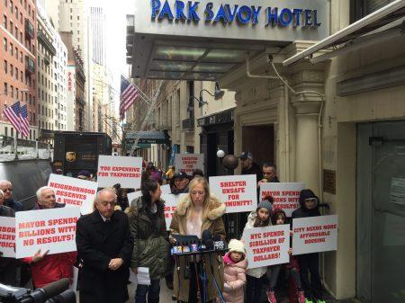 4月5日数十中央公园附近居民到58街抗议市府在当地建设游民收容所计划。