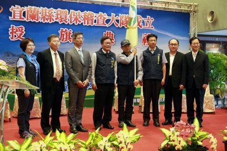 代理縣長陳金德(左4)授旗後與來賓合影。