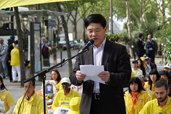 法國法輪大法協會負責人唐漢龍先生在集會上發言,回憶了19年前四·二五和平上訪的真相。(關宇寧/大紀元)
