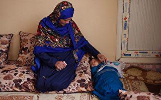 为圆大学梦 阿富汗妈妈抱婴坐地考试 一张相片改变命运