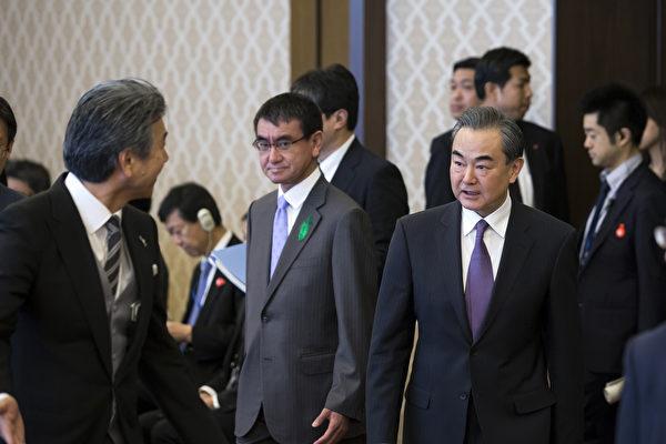 在朝韩峰会和可能的川金会之前,中共外长王毅访问日本。 (TOMOHIRO OHSUMI/AFP/Getty Image)
