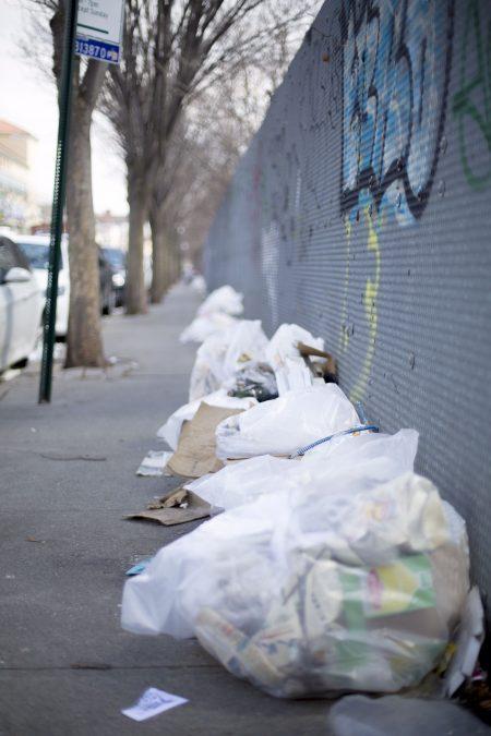布碌崙八大道滿地垃圾。