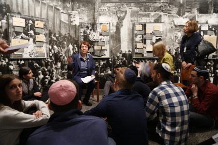 现居纽约市的大屠杀幸存者给学生们讲述亲身经历。