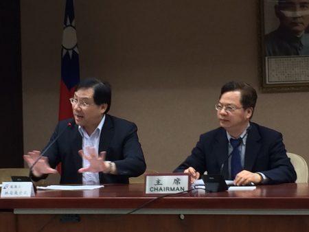 经济部次长龚明鑫(右)、能源局长林全能公布离岸风电遴选结果,共有7开发商、10离岸风场获选。
