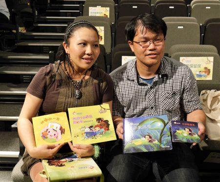 书盒中有绘本、多语歌谣集(含CD)以及阅读指导手册。