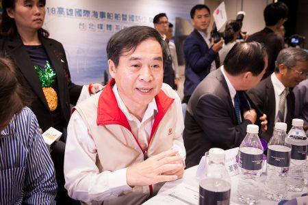台灣國際造船公司董事長鄭文隆(前)表示,潛艦國造已經有構想,但根據與海軍的合約規定,「只能講國艦國造這件事,目前執行順利」。