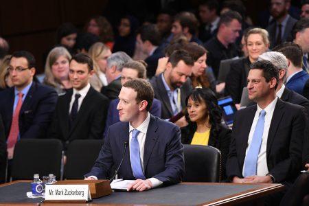 脸书执行长祖克柏(中)10日下午赴美国联邦参议院进行听证,在议员的连翻拷问下,虽然祖克柏频频道歉,但他没有承诺支持新法规或改变社群媒体的商业运作模式。