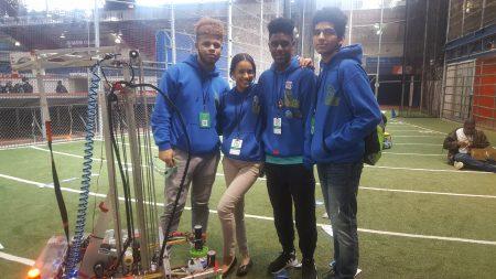 鲁培隆理科高中机器人社团团队。