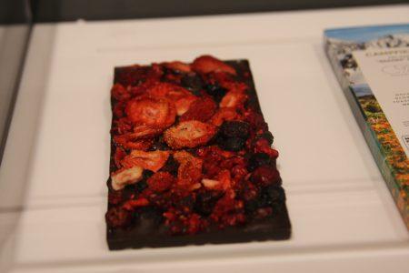用视觉效果呈现出巧克力的草莓口味。
