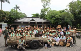悠游林场工作趣 游客体验林业工作