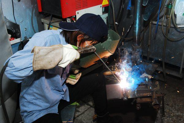 江苏快三预测:游学三年 七年级女为一技之长学焊接