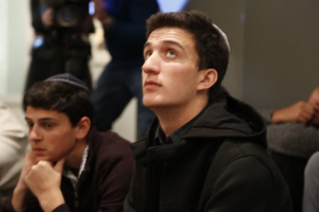 4月12日在纪念馆中国年聚精会神倾听故事的纽约犹太学生。