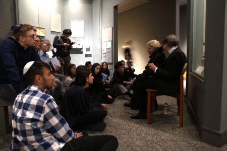 4月12日Aviva Blumberg(右一)在纽约市犹太人大屠杀纪念馆给学生们讲自己的经历。