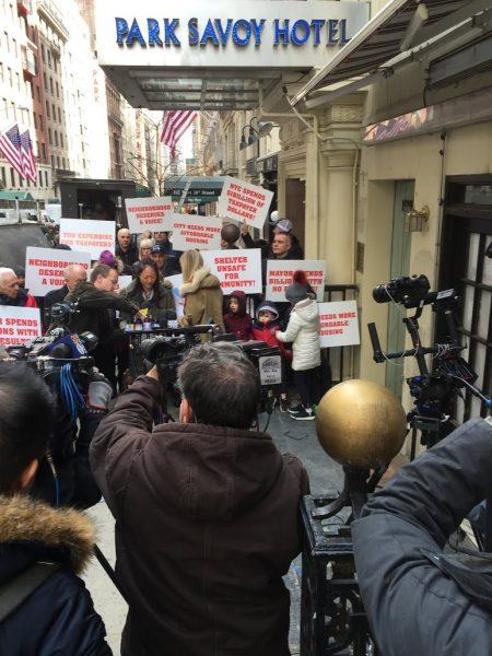 4月5日曼哈顿中城58街居民对市府收容所计划的抗议活动吸引了众多媒体关注。