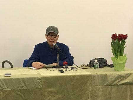 文学大师王鼎钧在庆祝全美图书馆周的活动上,演讲《文学作品的境界》。