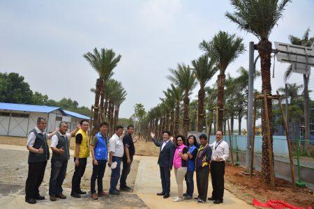 建設局長黃玉霖(右5)、捐贈者胡志昌(右6)與參與捐贈儀式的貴賓合影。