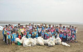 響應世界地球日 親子一起淨灘做環保